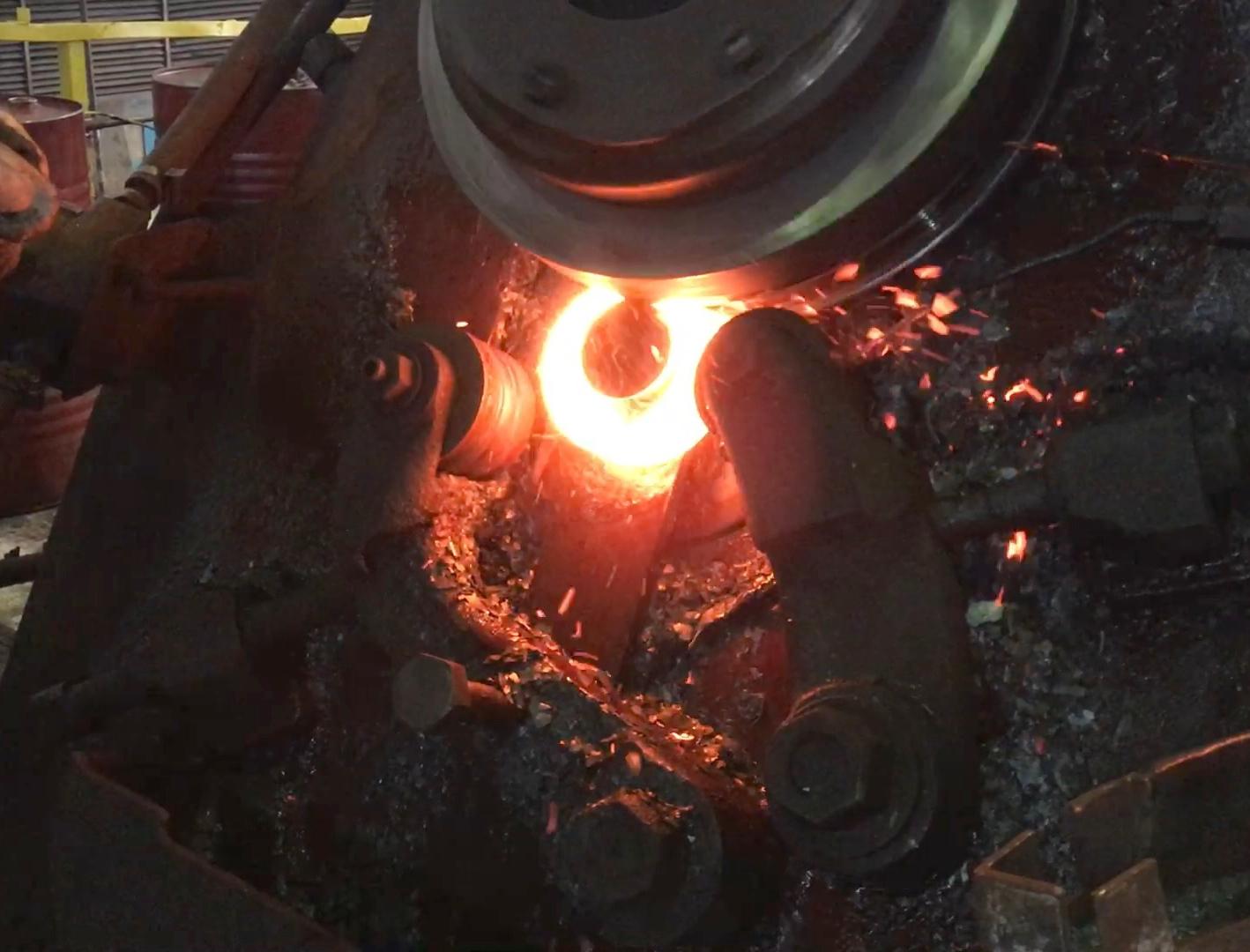 Индукционная установка для нагрева заготовок колец под раскатку